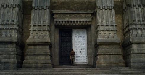 Η Άρυα φτάνει σε μια ενδιαφέρουσα πόρτα